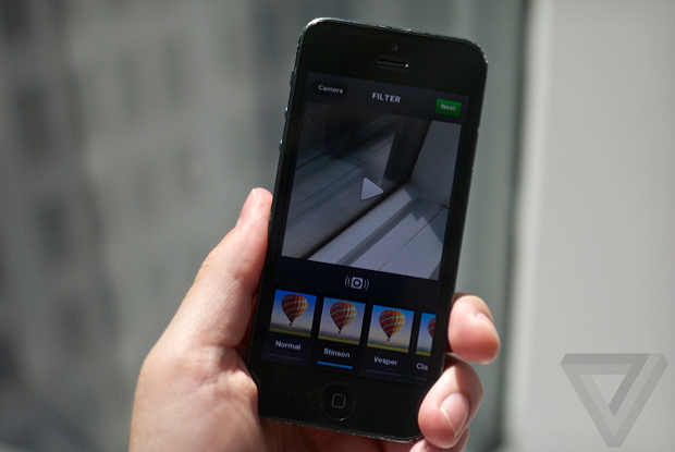 Após atualização do Instagram é possível enviar vídeos que estejam em dispositivos com iOS(Foto: Reprodução/The Verge)
