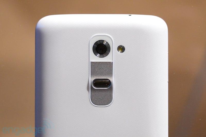 LG G2 inovou ao colocar um botão fisico atrás, limpando as laterais (Foto: Reprodução/Engadget)
