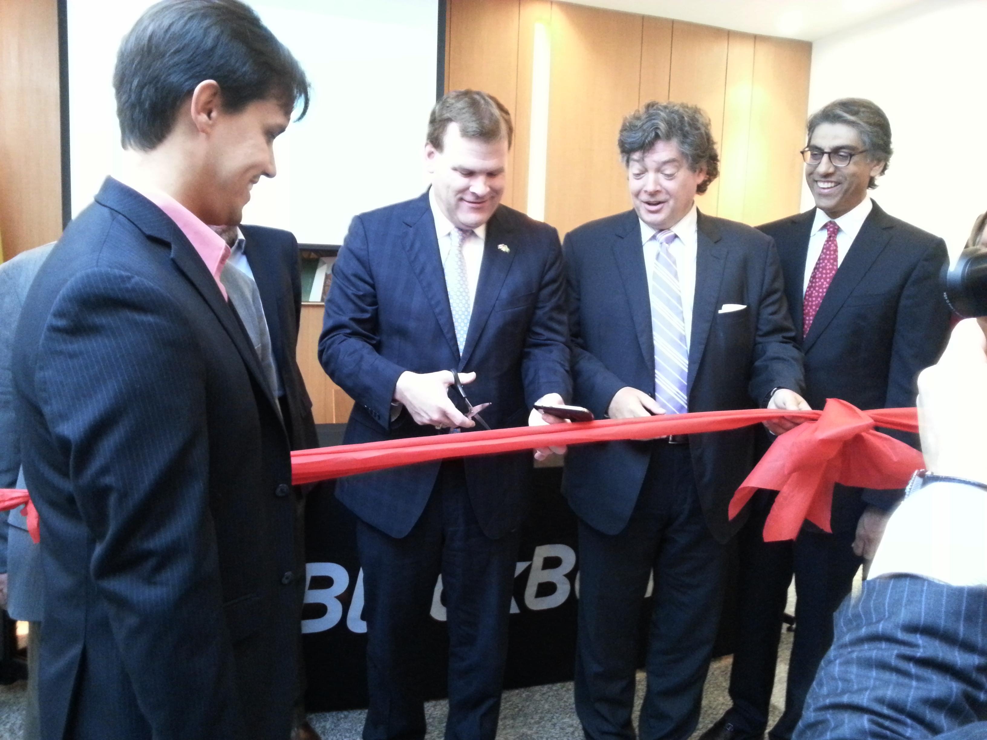 John Baird inaugurou o novo Tech Center ao lado de David Paterson e outros integrantes da BlackBerry Brasil (Foto: Gabriela Viana)