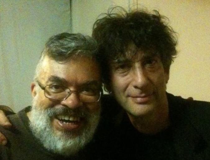 Fábio Fernandes e Neil Gaiman, em um workshop nos Estados Unidos (Foto: Hugo Xiong / Arquivo Pessoal)