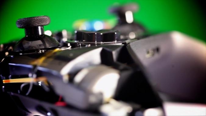 Os gatilhos do controle do Xbox One ficaram menores (Foto: Reprodução / Murilo Molina)