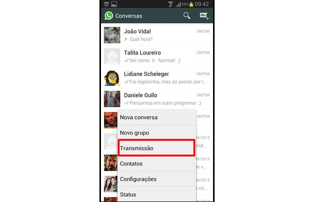 """Na janela de conversas de seu WhatsApp, aperte a tecla de """"função"""" do smartphone e selecione """"Transmissão"""" (Foto: Reprodução/ Daniel Ribeiro)"""