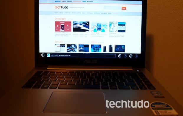 Vivobook tem uma entrada para fone de ouvido/microfone e uma Mini VGA (Foto: Pedro Zambarda/TechTudo)