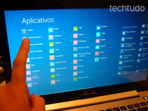 A tecnologia Intuitive Touch permite que você mexa na tela do Vivobook como se fosse um tablet (Foto: Pedro Zambarda/TechTudo)