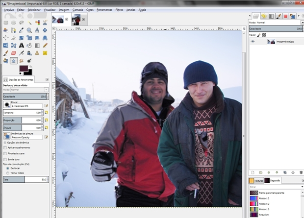 Ferramenta desfocar sendo usada entre as duas pessoas da imagem (Foto: Raquel Freire)