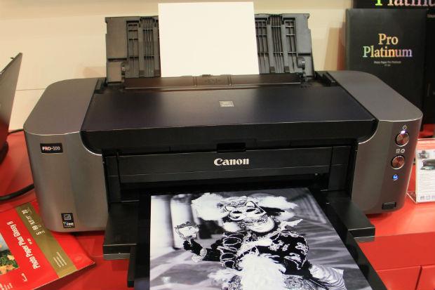 Espaçosa e sem luxos, a Pixma Pro-100 imprime fotografias A3 com nível de laboratório (Foto: TechTudo/Renato Bazan)