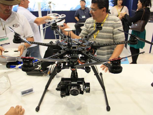 Com grandes dimensões, o DJI S800 Evo é praticamente um estúdio de filmagem voador (Foto: TechTudo/Renato Bazan)