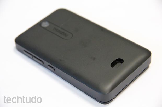 Botão traseiro do Nokia Asha 501 facilita a abertura da tampa (Foto: Elson de Souza/TechTudo)