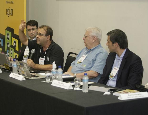 O professor Sergio Amadeu da Silveira (centro) defende a limitação no uso das informações dos usuários da Internet (Foto: Divulgação)