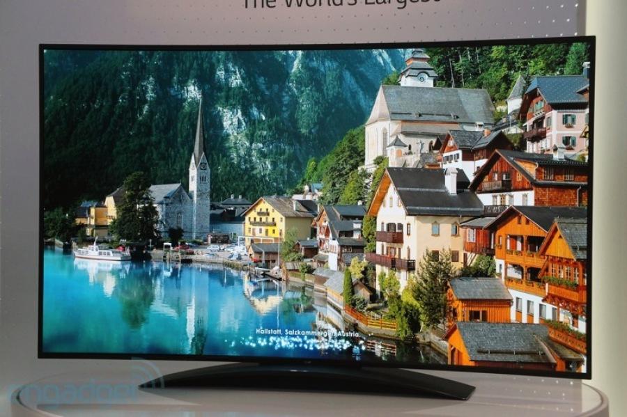 A maior TV OLED 4K curvada do mundo chama atenção de todos na IFA 2013 (Foto: Reprodução/Engadget)