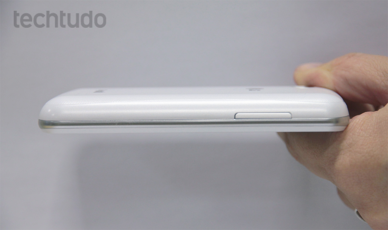 LG Optimus L4 2 tem aproximadamente 12 mm de espessura (Foto: Matheus Vascocellos/TechTudo)