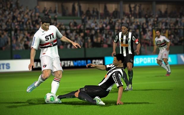 Luis Fabiano e Ronaldinho Gaúcho se aproximam de disputa de bola (Foto: Divulgação)