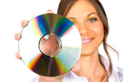 Segurar o DVD pelas bordas evita danos (Foto: Reprodução/King Fish Records)