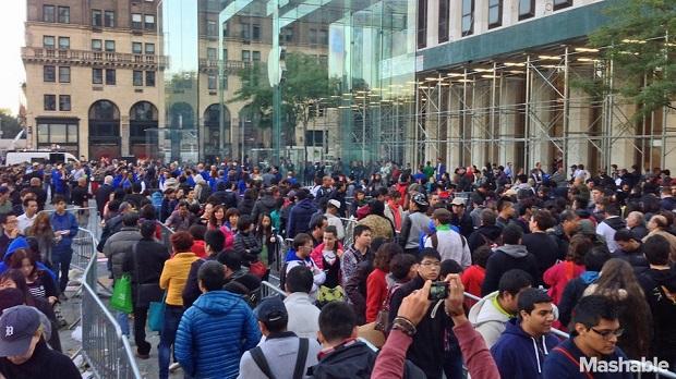 Filas enormes marcaram lançamento dos novos iPhones (Foto: Reprodução/Mashable)