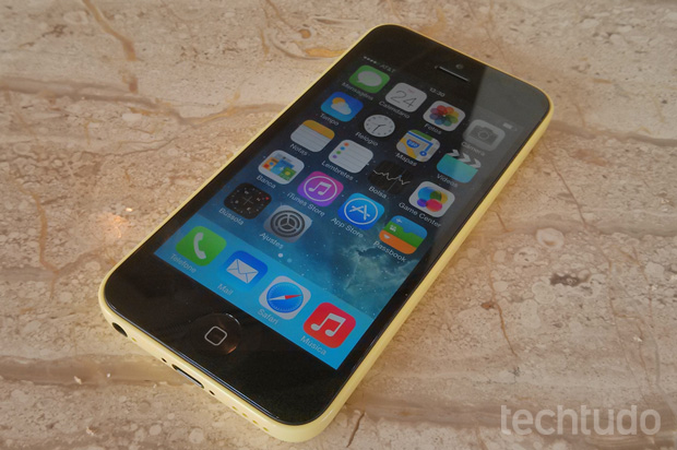 Tela do iPhone 5C é a mesma do iPhone 5: pequena, se comparada aos tops (Foto: Isadora Díaz / TechTudo)