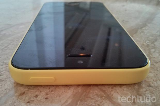 Botões do iPhone 5C ficaram bem discretos (Foto: Isadora Díaz / TechTudo)