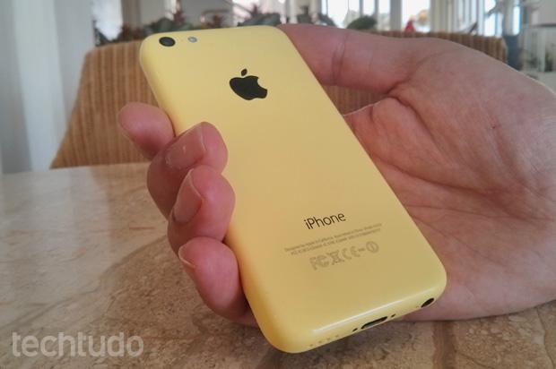 iPhone 5C lembra os Lumias, mas possui modelos com cores menos gritantes (Foto: Isadora Díaz / TechTudo)