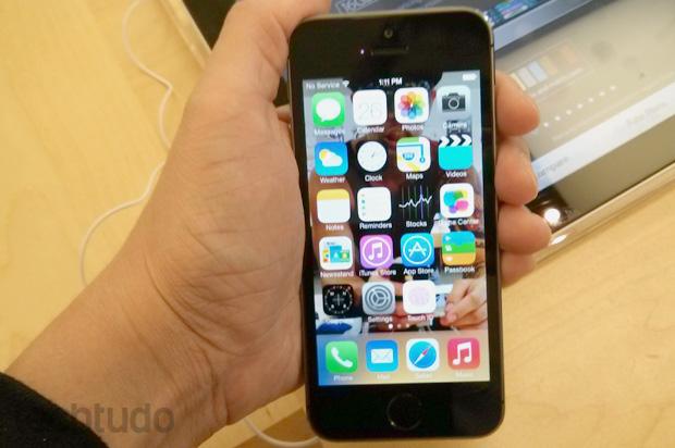 Na mão, iPhone 5S se revela extremamente leve (Foto: Isadora Díaz / TechTudo)