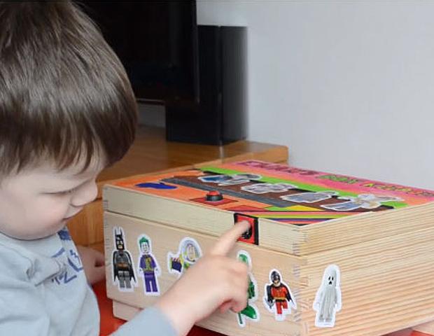 A caixa de brinquedos projetada pelo designer inglês Grant Gibson teve o sistema de fechamento inspirado na biometria do recém-lançado iPhone 5S (Foto: Reprodução/YouTube)