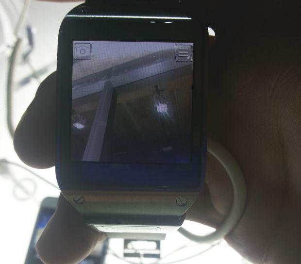 Câmera do relógio inteligente fica na pulseira, colado com o corpo de metal da tela (Foto: Pedro Zambarda/TechTudo)