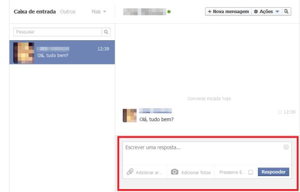 Respondendo a mensagem de um amigo (Foto: Reprodução/Lívia Dâmaso)
