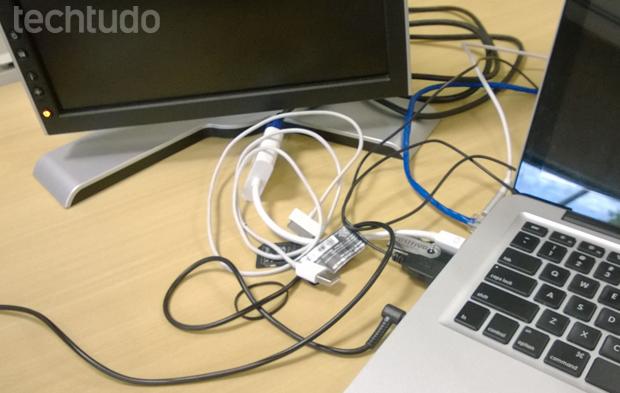 Excesso de fios pode fazer com que computadores e notebooks tenham mal funcionamento (Foto: Elson de Souza/TechTudo)