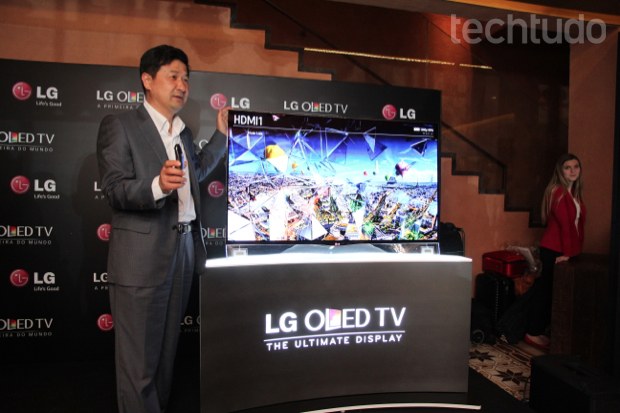 CEO da LG, Cesar Byun, apresenta a nova televisão curvada (Foto: Rodrigo Bastos/TechTudo)