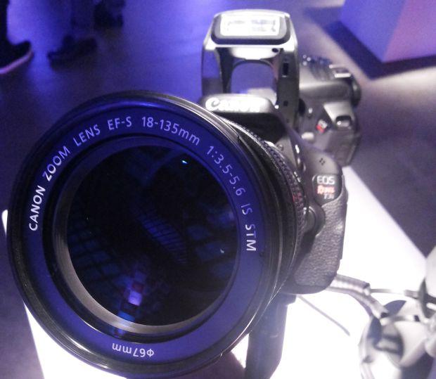 T3i aceita dois tipos de lentes para o seu corpo (Foto: Pedro Zambarda/TechTudo)
