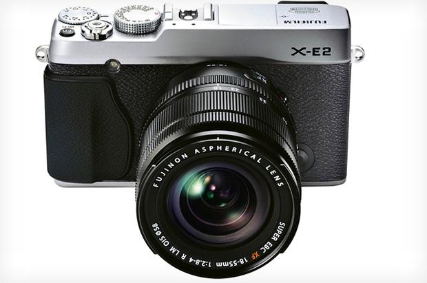 Modelo X-E2 tem lente intercambiável e sensor de 16,3 MP (Foto: Divulgação)
