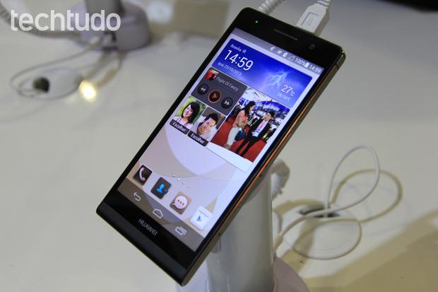 Smartphone Ascend P6, o top de linha da Huawei, visto de frente (Foto: Isadora Díaz/TechTudo)
