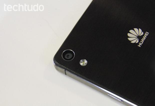 Câmera traseira do Ascend P6 tem 8 megapixels e é acompanhada por flash LED (Foto: Isadora Díaz/TechTudo)