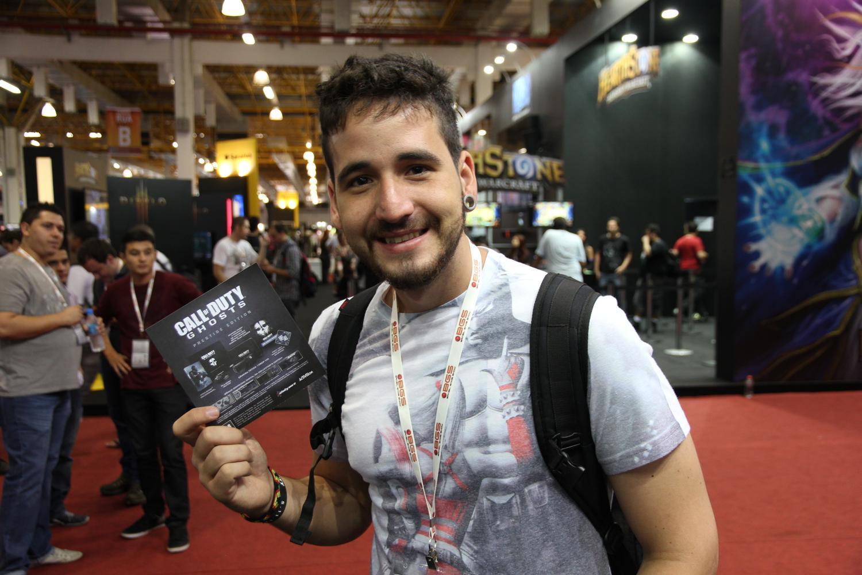 Diogo Oliveira, um dos primeiros a pegar a edição especial de Call of Duty: Ghosts na Brasil Game Show (Foto: Pedro Cardoso / TechTudo)