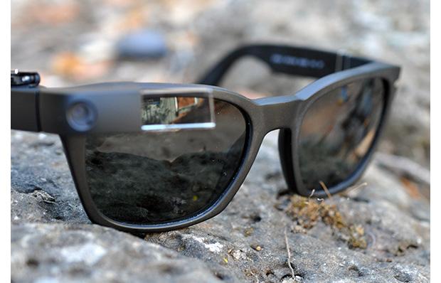 Design criado por executivo e investidor do Vale do Silício adapta Google Glass a qualquer óculos de sol (Foto: Reprodução/Sean Percival)