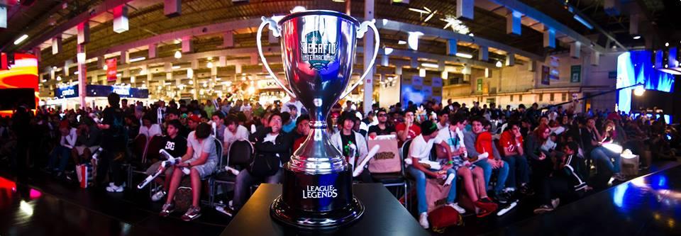 O cobiçado troféu do torneio de League of Legends na Brasil Games Show 2013 (Foto: Divulgação)