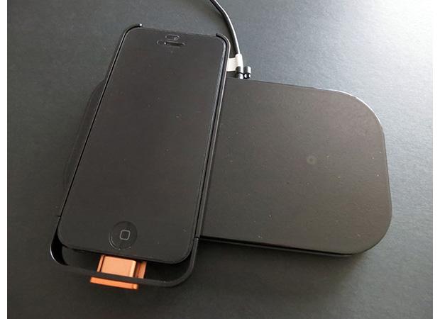 Com o case da Powermat é possível carregar o iPhone 5 sem fios (Foto: Reprodução/iLounge)