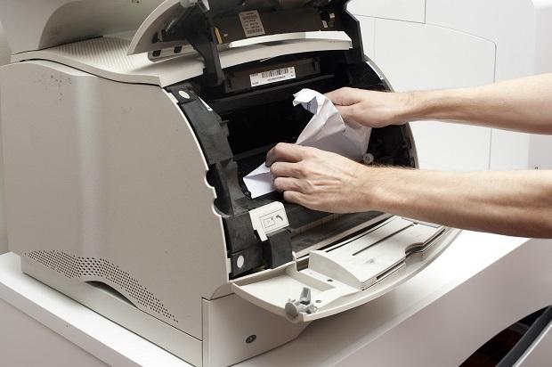 Papel engasgado nas impressoras (Foto: Reprodução/blog.matrizcopiadoras)