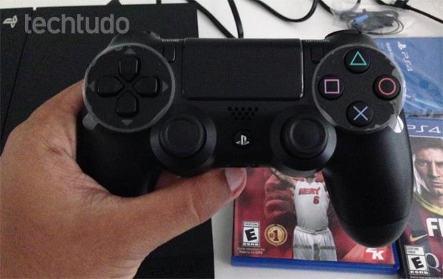 Controle DualShock 4 do PS4 cabe perfeito na mão (Foto: Thiago Barros / TechTudo)