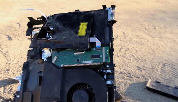 PS4 completamente destruído por um tiro (Foto: Reprodução/ Youtube) (Foto: Reprodução)
