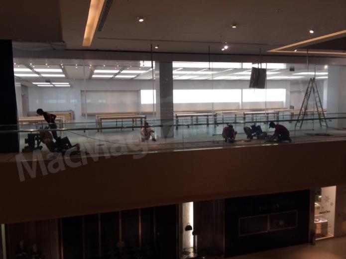 Funcionários dão últimos retoques na Apple Store que está sendo construída no Rio de Janeiro (Foto: Reprodução/MacMagazine)