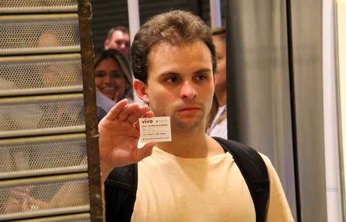 Gabriel Subtil é o primeiro comprador do iPhone 5S (Foto: Fabrício Vitorino / TechTudo)