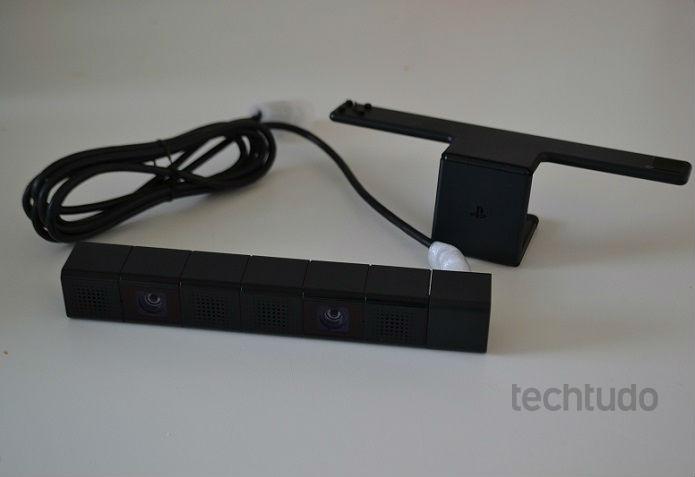 Câmera vem com suporte para prender à TV (Foto: Thiago Barros/TechTudo)