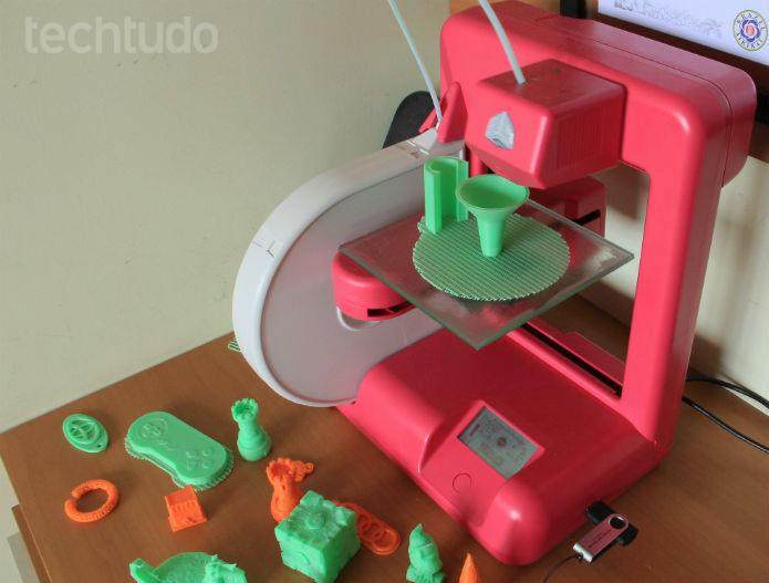 A impressora Cube3D, da 3D Systems, tem acabamento atraente e preço acessível, comparada às concorrente (Foto: Renato Bazan/TechTudo)