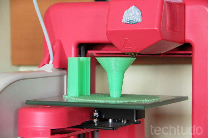 Por um bico aquecido, a Cube constrói seus modelos depositando camada por camada de plástico, da base ao topo (Foto: Renato Bazan/TechTudo)