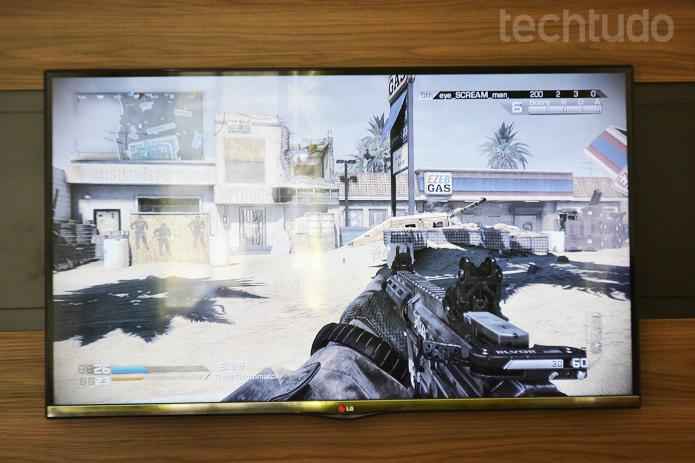É possível jogar videogame em 3D ou em 2D; testamos o Call of Duty Ghosts (Foto: Thiago Barros/TechTudo)