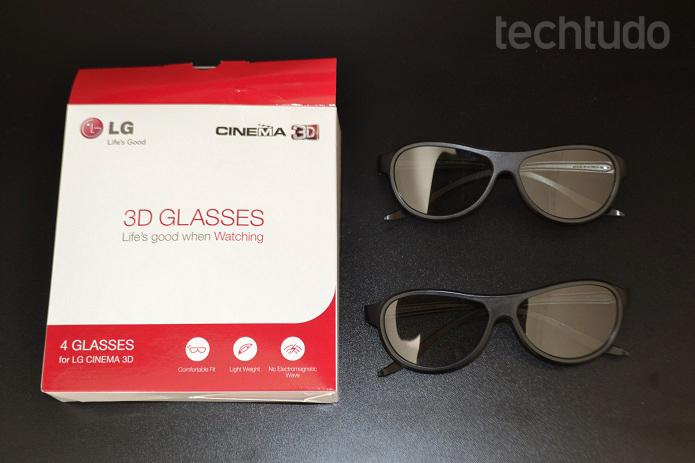 Smart TV vem com dois pares de óculos 3D (Foto: Thiago Barros/TechTudo)
