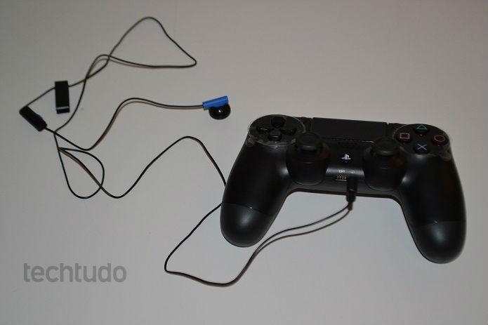 Coloque o headset no controle (Foto: Thiago Barros/TechTudo)