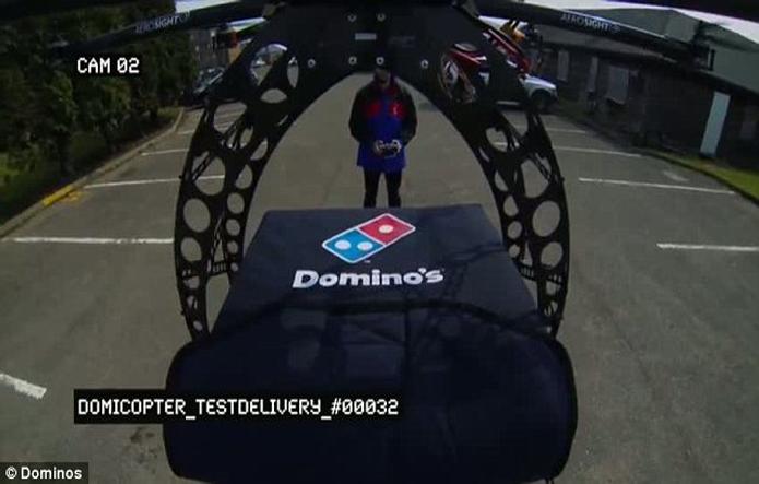 A rede Dominos realizou uma brincadeira entregando uma pizza por meio de um drone