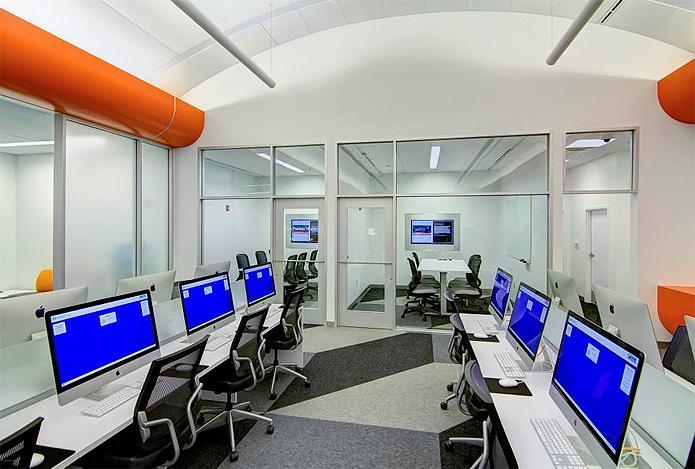 O espaço se assemelha ao das lojas da Apple com computadores distribuídos em mesas retangulares (Foto: Reprodução/Bexar BiblioTech)