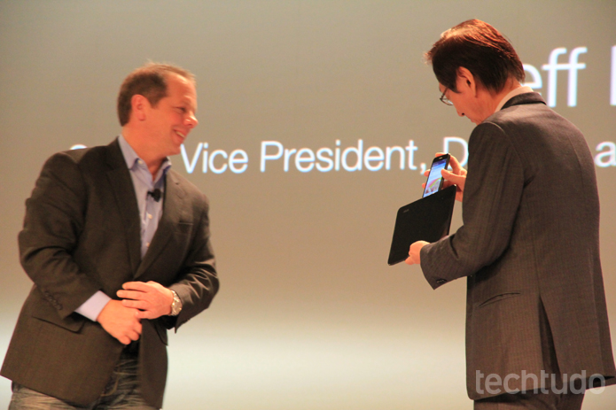 Os executivos mostram ao público como funciona o Zenfone 6