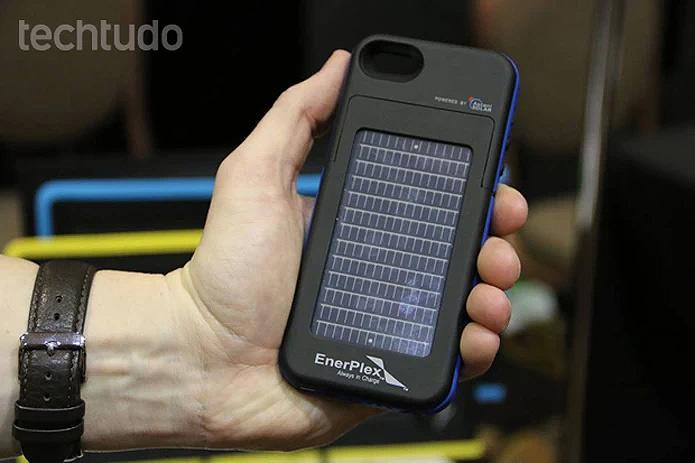 O Surfr é compatível com iPhones 5 e 5S e pode fornecer até o dobro de energia (Foto: Fabricio Vitorino/TechTudo)